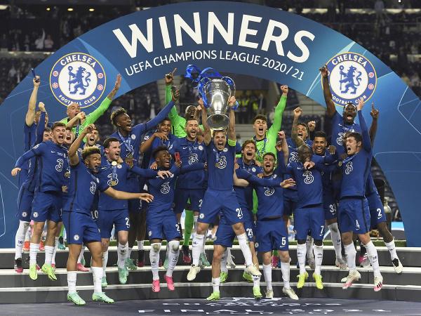 Hráči Chelsea oslavujú s trofejou pre víťaza Ligy majstrov