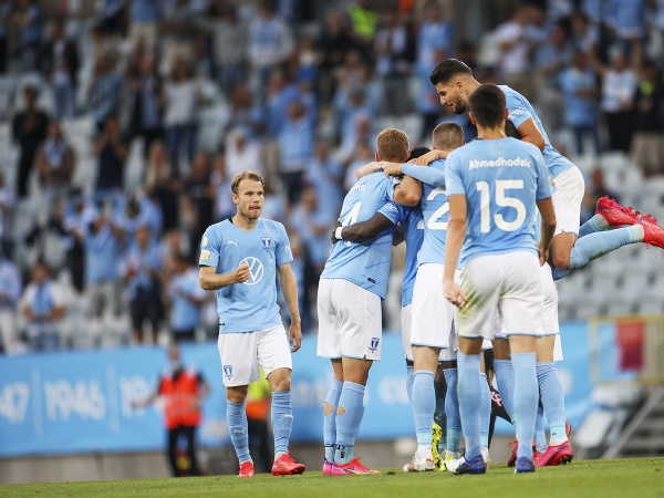 Futbalisti Malmö oslavujú gól