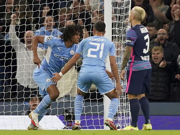 Nathan Aké (vľavo) oslavuje svoj premiérový gól v Lige majstrov