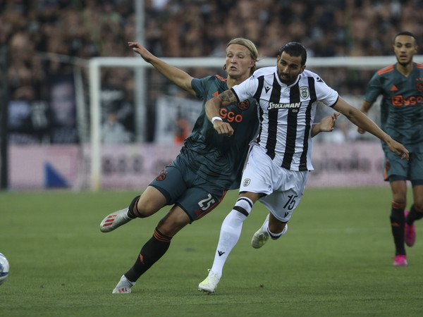 Angel Crespo a Kasper Dolberg v súboji o loptu