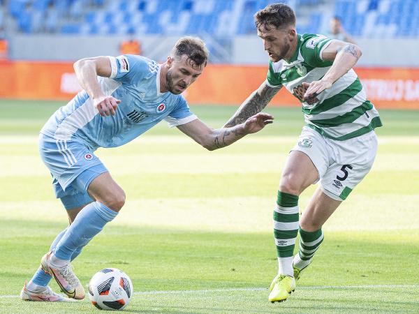 Vľavo hráč Slovana Aleksandar Čavrič a vpravo Lee Grace zo Shamrocku