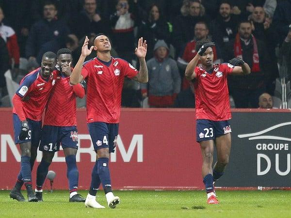 Hráči Lille oslavujú gól do siete PSG