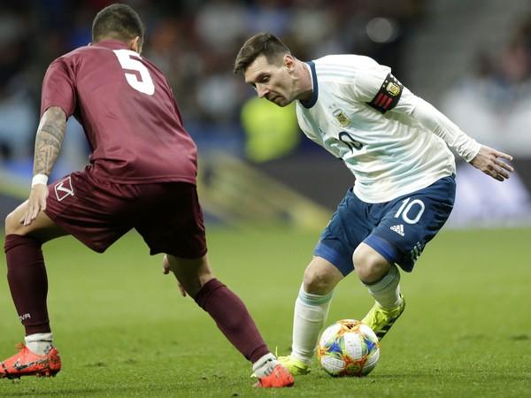 Lionel Messi (v bielom) v akcii