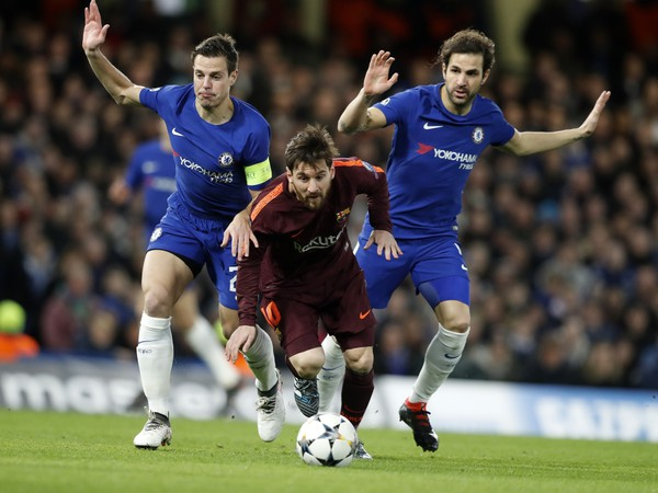 Lionel Messi v súboji o loptu