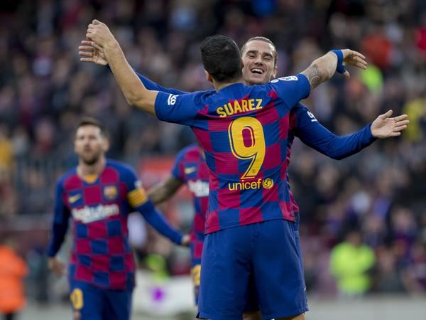 Antoine Griezmann a Luis Suárez,  v pozadí Lionel Messi