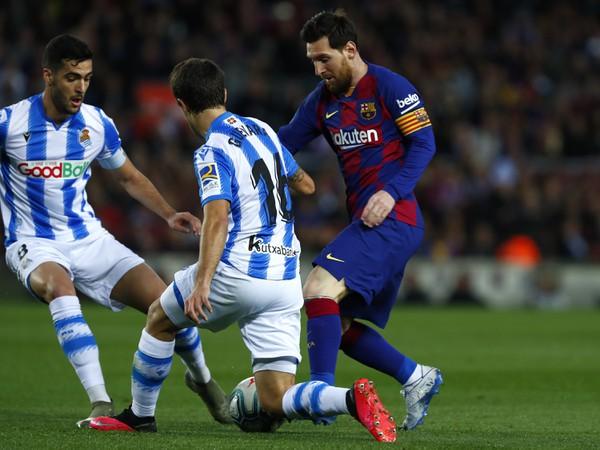 Mikel Merino a Ander Guevara z Realu Sociedad v súboji s Lionelom Messim