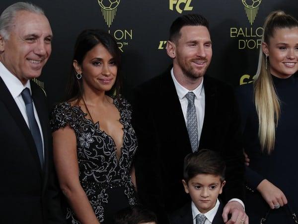 Na snímke argentínsky útočník Lionel Messi s rodinou