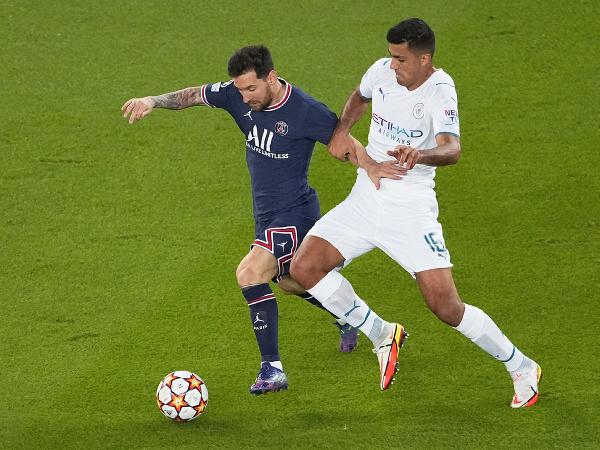 Lionel Messi a Rodrigo v súboji o loptu