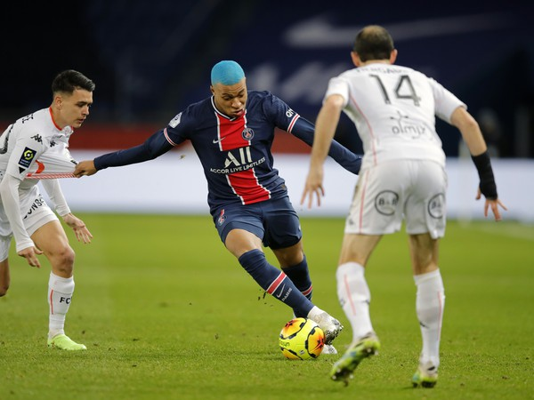 Hráči Lorientu bránia Kyliana Mbappého