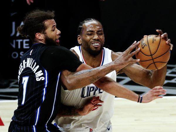 Hráč Kawhi Leonard (2) z Los Angeles Clippers a Michael Carter-Williams (7) z Orlanda Magic