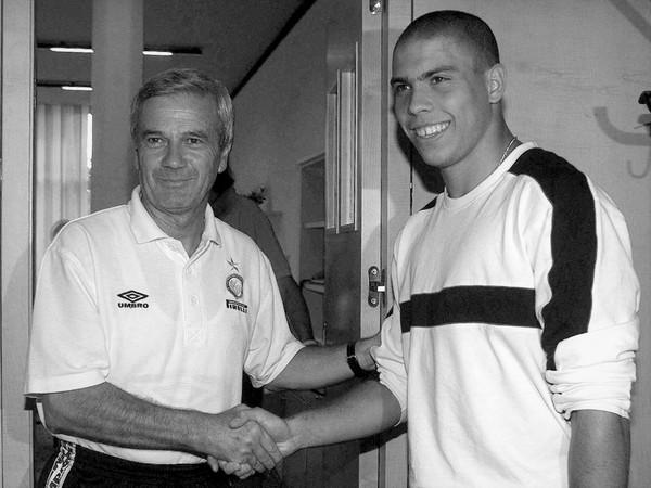 Na snímke bývalý taliansky futbalový tréner Luigi Simoni a brazílsky superstrelec Ronaldo