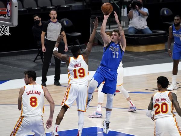 Hráč Dallasu Mavericks Luka Dončič (uprostred) strieľa na kôš
