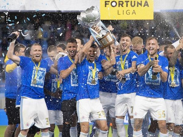 Majstrovské oslavy futbalistov ŠK Slovan Bratislava s víťaznou trofejou za triumf vo Fortuna lige v sezóne 2019/20
