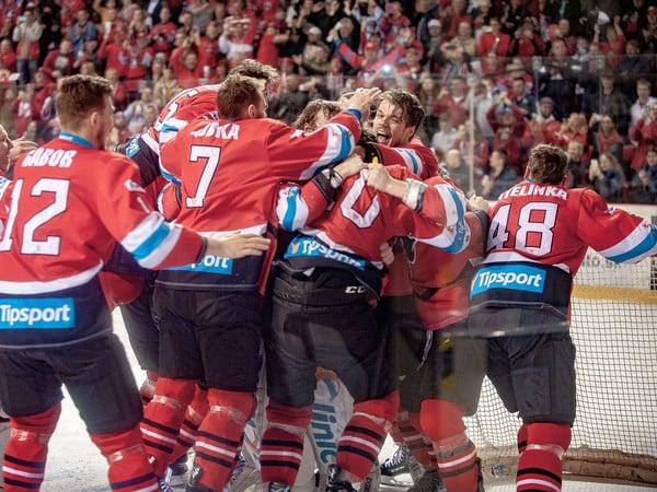 Hokejisti Banskej Bystrice oslavujú majstrovský titul z minulej sezóny