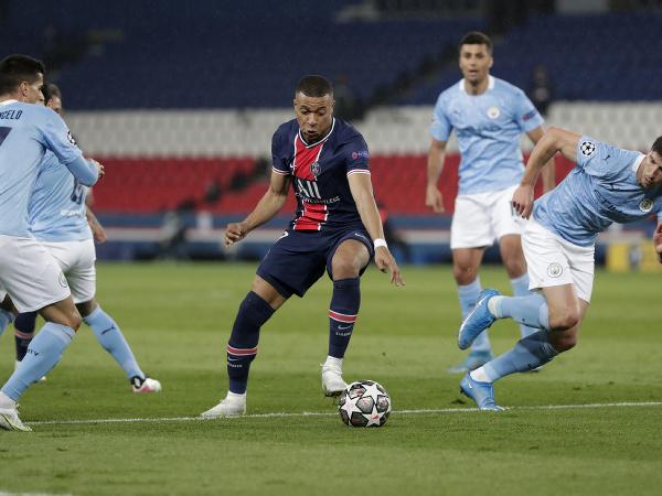 Kylian Mbappé medzi hráčmi Manchestru City