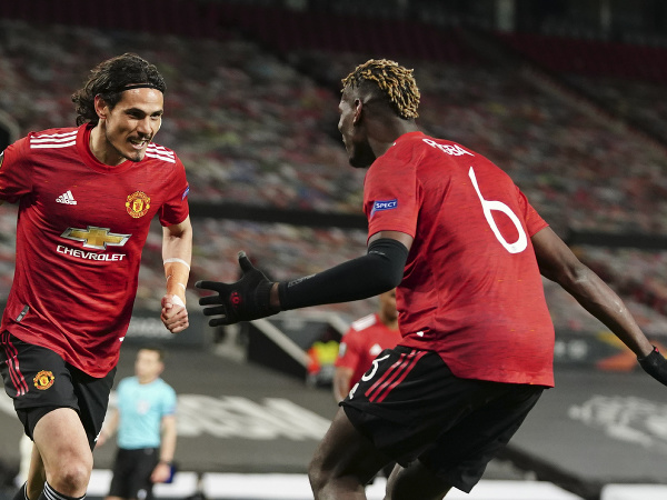 Edinson Cavani a Paul Pogba oslavujú gól United