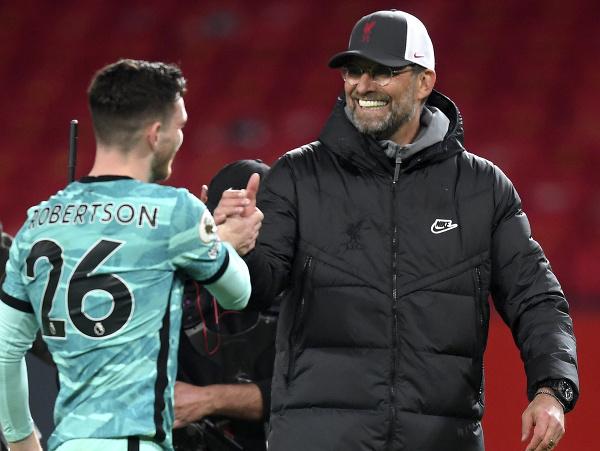 Andrew Robertson a Jürgen Klopp po víťaznom zápase s Manchestrom United