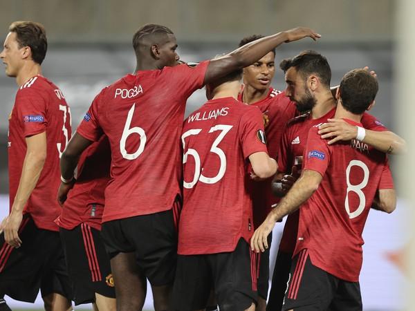 Hráči United oslavujú gól Bruna Fernandesa