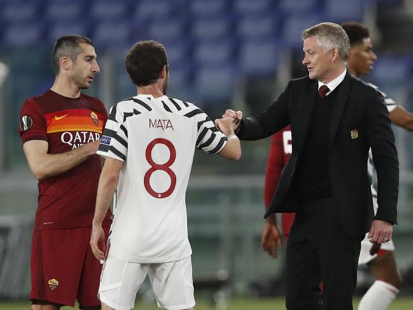 Tréner Manchestru United Ole Gunnar Solskjaer (vpravo) sa zdraví s Juanom Matom a hráčom  Henrichom Mchitarjanom z AS Rím