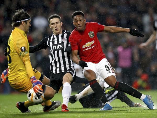 Na snímke vpravo hráč United Anthony Martial strieľa druhý gól v zápase L-skupiny 4. kola skupinovej fázy Európskej ligy vo futbale Manchester United - Partizan Belehrad