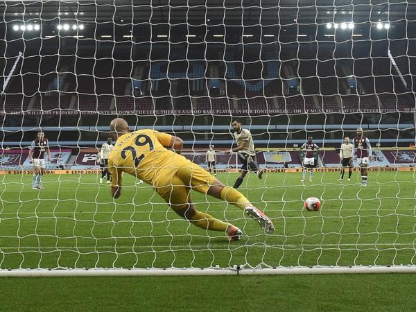Rozhodca Jon Moss nariadil penaltu v zápase Aston Villy s Manchestrom United