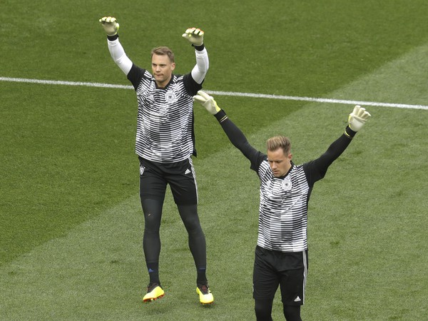 Manuel Neuer a Marc-André Ter Stegen počas rozcvičky