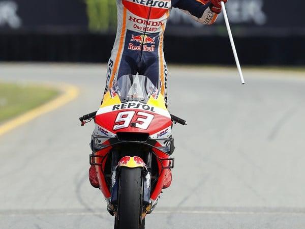 Španielsky motocyklový pretekár Marc Marquez na Honde oslavuje v cieli víťazstvo pretekov Veľkej ceny Českej republiky