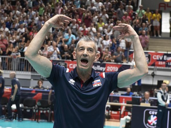 Na snímke tréner slovenskej reprezentácie žien Marco Fenoglio sa lúči s divákmi