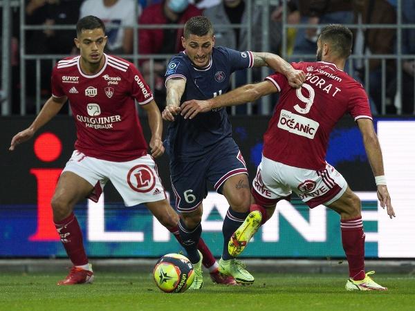 Hráč PSG Marco Verratti (uprostred) v súboji o loptu