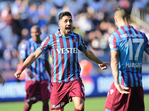 Anastasios Bakasetas a Marek Hamšík oslavujú víťazný gól Trabzonsporu