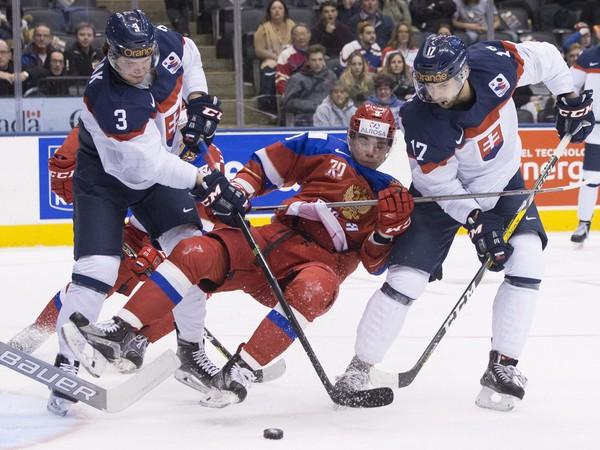 Mário Grman (vpravo) bráni ruského protihráča