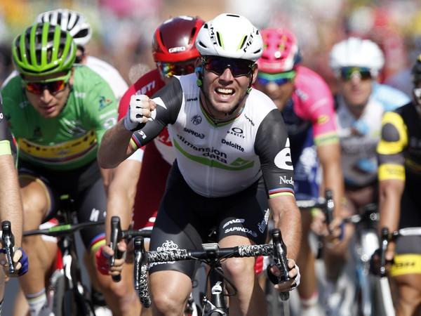 Víťazné gesto britského cyklistu Marka Cavendisha (Team Dimension Data) v cieli  6. etapy 103. ročníka prestížnych cyklistických pretekov Tour de France z Arpajon-sur-Cere do Montaubanu (190,5 km) 7. júla 2016.