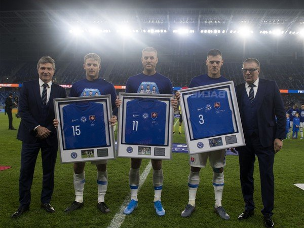 Vpravo prezident SFZ Ján Kováčik a vľavo generálny sekretár SFZ Jozef Kliment s lúčiacou sa trojicou Hubočan, Nemec a Škrtel