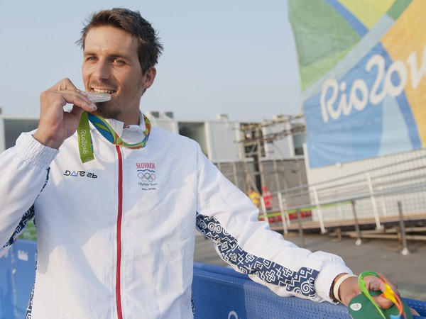 Slovenský vodný slalomár Matej Beňuš pózuje so striebornou medailou po finálovej jazde kategórie C1