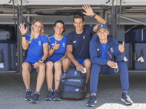 Odchod prvej časti slovenskej výpravy na OH2020 do japonského Tokia. Na snímke vodní slalomári, zľava Eliška Mintálová, Monika Škáchová, Matej Beňuš a Jakub Grigar