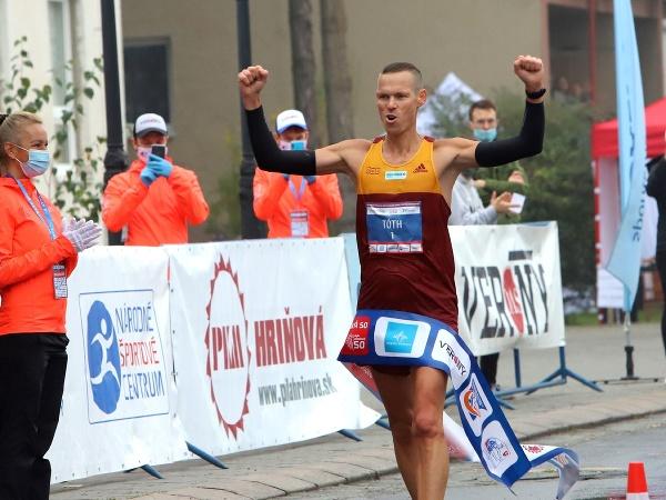 Matej Tóth finišuje na chodeckých pretekoch Dudinská päťdesiatka
