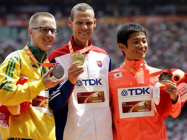 Víťazi (zľava) Jared Tallent (2. mieste), Matej Tóth (1. miesto) a Takayuki Tanii (3.miesto)