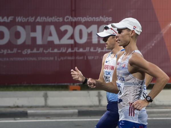 Slovenský chodec Matej Tóth počas chôdze na 50 km mužov na MS v katarskej Dauhe.