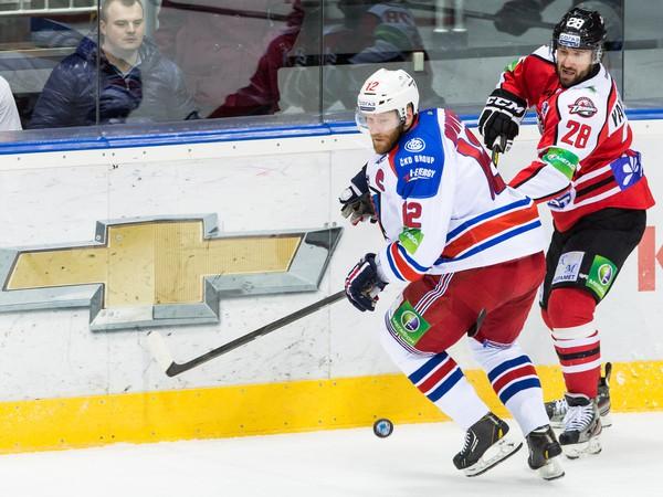 Maxim Jakuceňa (vpravo v červenom)