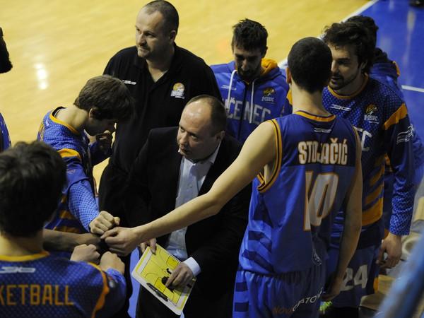 Na snímke mužstvo MBK Lučenec, uprostred hlavný tréner Ivan Kurilla