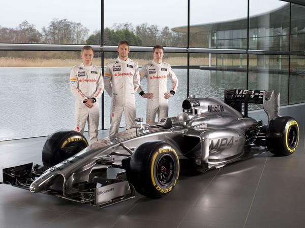Jazdci McLarenu s novým monopostom MP4-29. Zľava Kevin Magnussen, Jenson Button a testovací jazdec Stoffel Vandoorne.