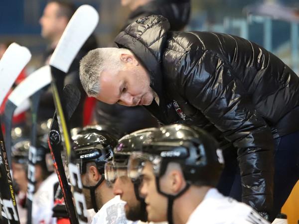 Asistent trénera Ivan Droppa na lavičke HC'05 iClinic Banská Bystrica