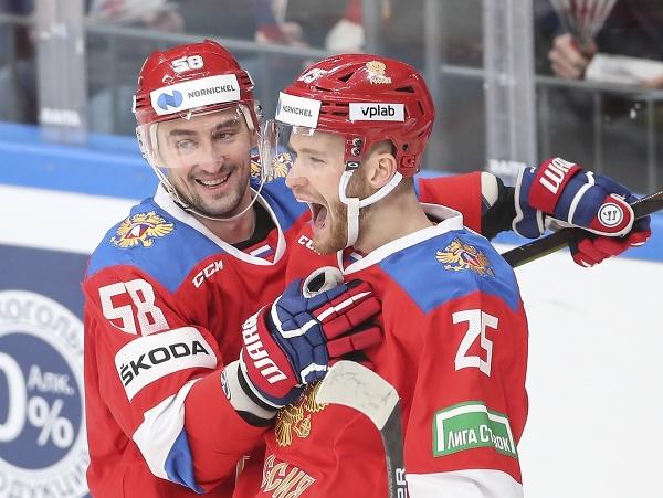 Ruskí hokejisti Michail Grigorenko (vpravo) a Anton Slepyšev sa tešia po strelení gólu