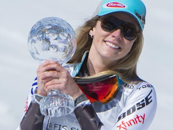 Mikaela Shiffrinová pózuje s  malým glóbusom za prvé miesto v celkovom poradí obrovského slalomu žien