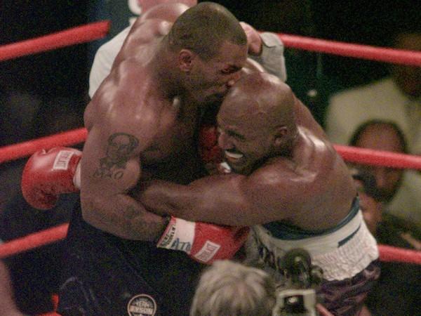 Tyson počas zápasu v roku 1997 odhryzol Holyfieldovi časť ucha.