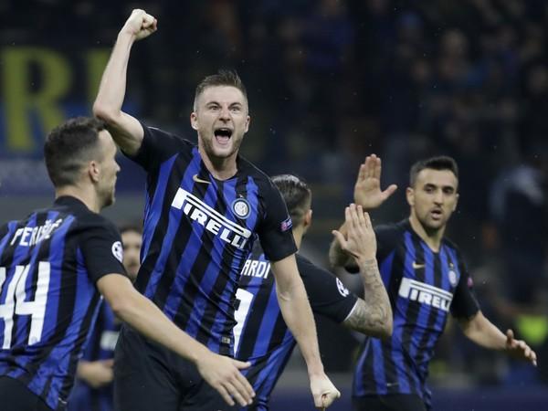 Milan Škriniar sa raduje so spoluhráčmi po góle