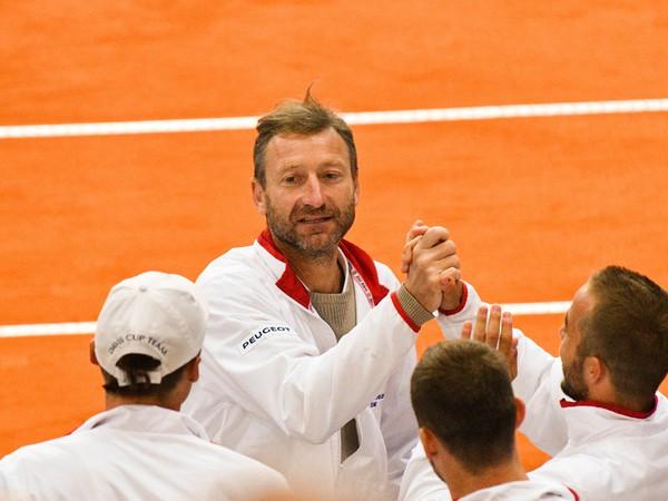 Nehrajúci kapitán slovenského tímu Miloslav Mečíř sa teší s členmi slovenského tímu po skončení štvrtého zápasu stretnutia Slovensko - Poľsko