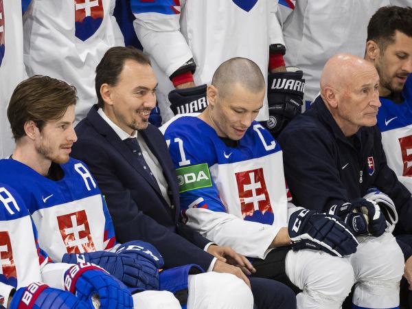 Zľava Peter Cehlárik, generálny manažér Miroslav Šatan, kapitán Marek Ďaloga, hlavný tréner Craig Ramsay a Marek Hrivík počas spoločného fotenia slovenského tímu