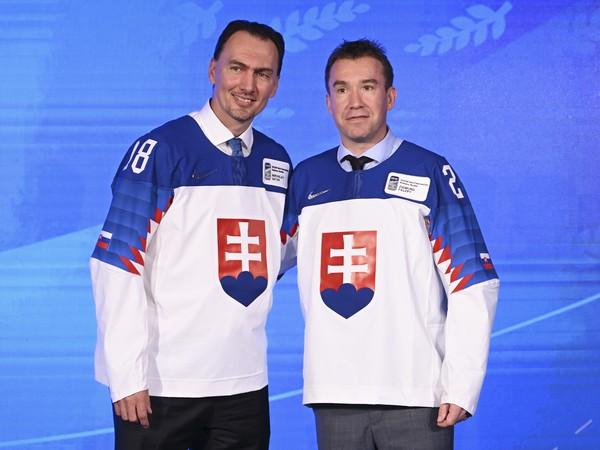 Na snímke bývalých útočníkov slovenskej hokejovej reprezentácie Miroslava Šatana (vľavo) a Žigmunda Pálffyho (vpravo) uviedli do Siene slávy Medzinárodnej hokejovej federácie (IIHF)