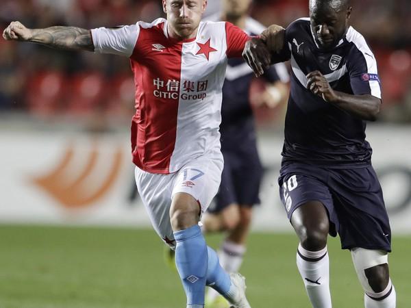 Futbalista Slavie Praha Slovák Miroslav Stoch (vľavo) a hráč Bordeaux Youssouf Sabaly bojujú o loptu